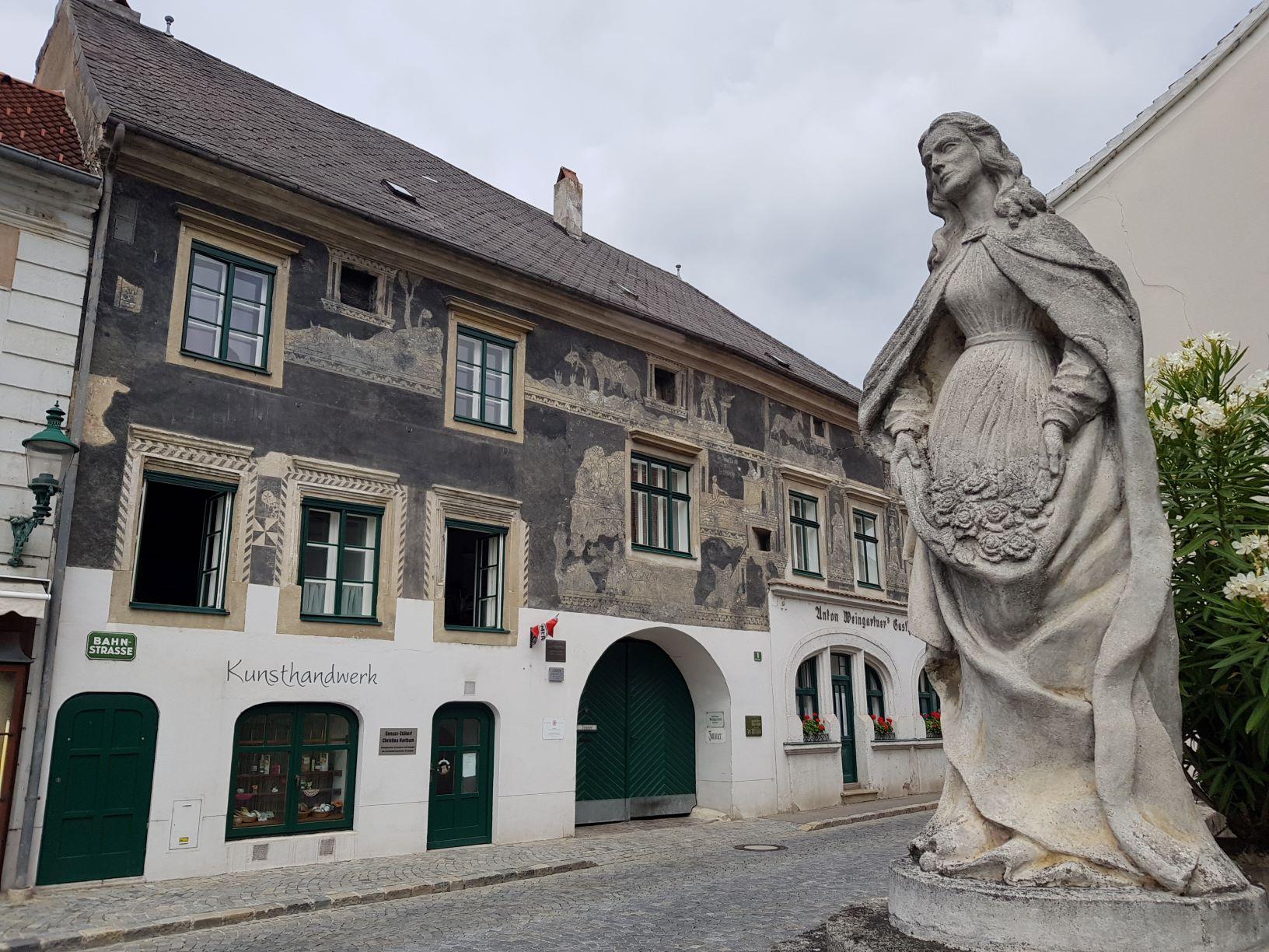 02 Statue und Sgraffitohaus